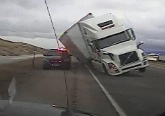 Grande y torpe: un camión aplasta a un automóvil de patrulla en EEUU