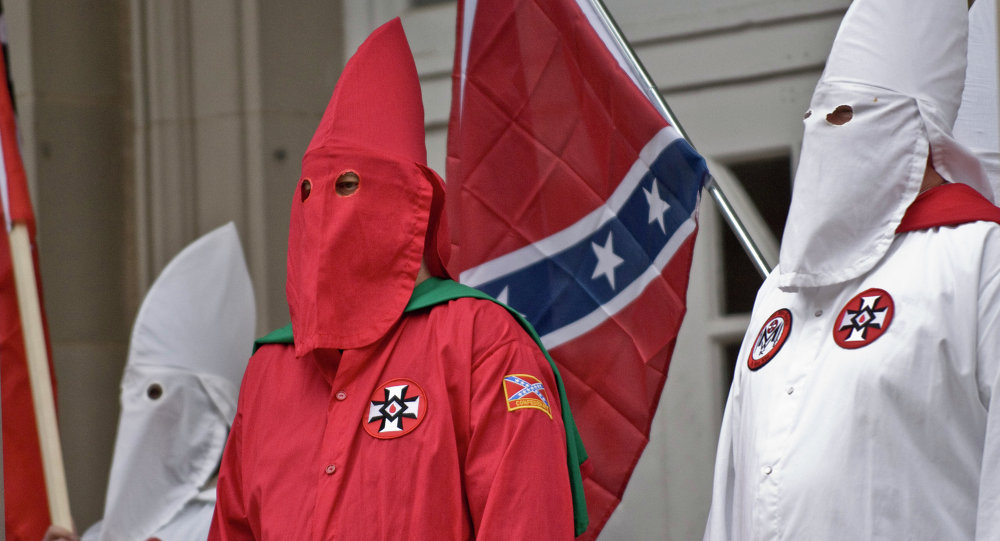 Fallece líder del Ku Klux Klan; detienen a esposa e hijastro