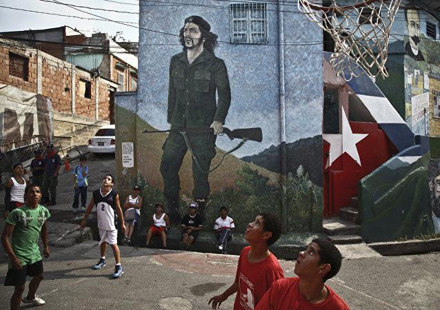 Los niños del Colectivo La Piedrita de Caracas, la capital venezolana, juegan al baloncesto en la calle
