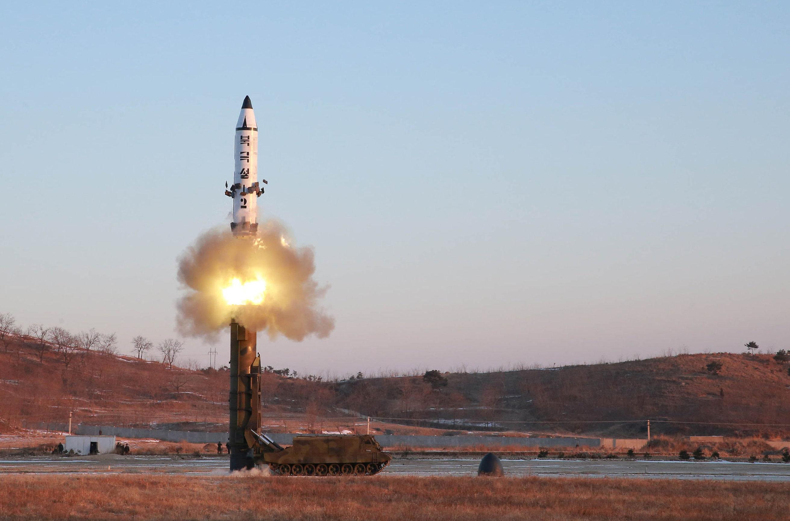 El lanzamiento del misil balístico norcoreano Pukguksong-2