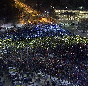 Manifestantes crean una enorme bandera rumana en Bucarest