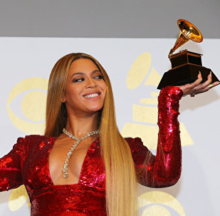 Sensuales, provocadores y excéntricos: los trajes de los Grammy 2017