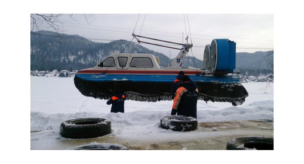 Se reanuda la búsqueda del helicóptero caído en un lago de Altái ...
