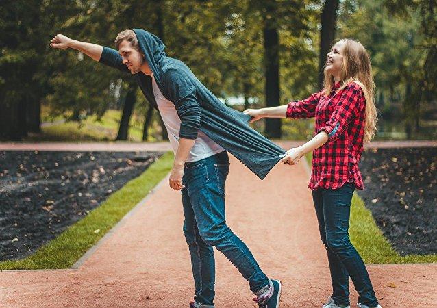 Un hombre y una mujer en un parque