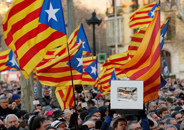 Catalanes alzando banderas independentistas