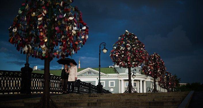 En el Puente Luzhkov, en Moscú, árboles de metales sostienen los candados del amor