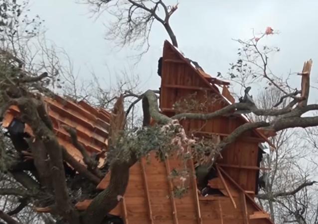 Daños provocados por una serie de tornados en el estado de Texas.