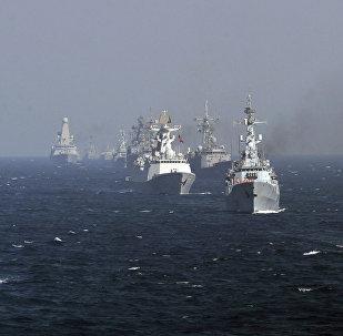 Los objetivos de los ejercicios son la guerra contra la piratería en el mar y la defensa de las rutas de comercio internacional. En la foto: los participantes de las maniobras navales internacionales Aman-2017 en el mar Arábigo.