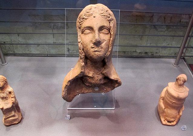 Una escultura de una mujer etrusca
