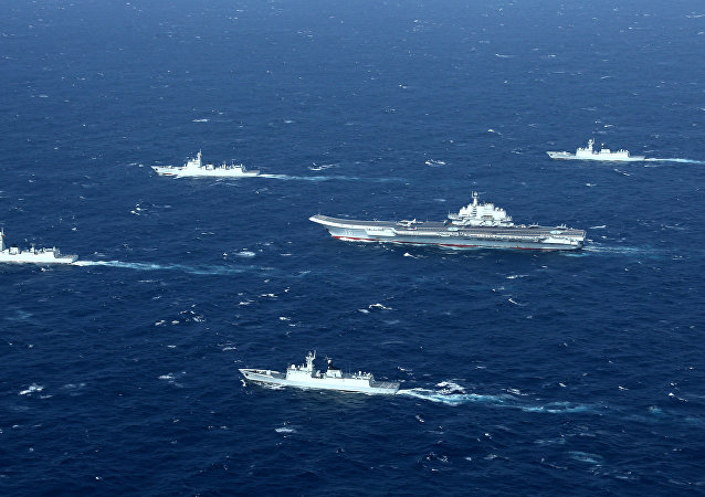 El portaviones chino Liaoning y una flota de buques en el mar de China