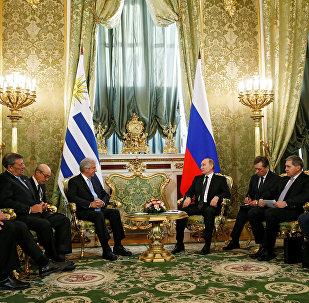 El presidente de Rusia, Vladímir Putin con su homólogo de Uruguay, Tabaré Vázquez (archivo)