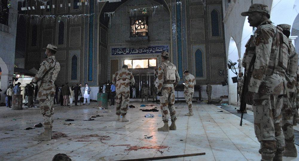 Soldados pakistaníes en el lugar del atentado en un templo sufí
