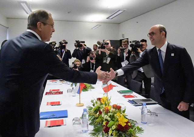 Serguéi Lavrov, ministro de Exteriores de Rusia, con su homólogo italiano, Angelino Alfano