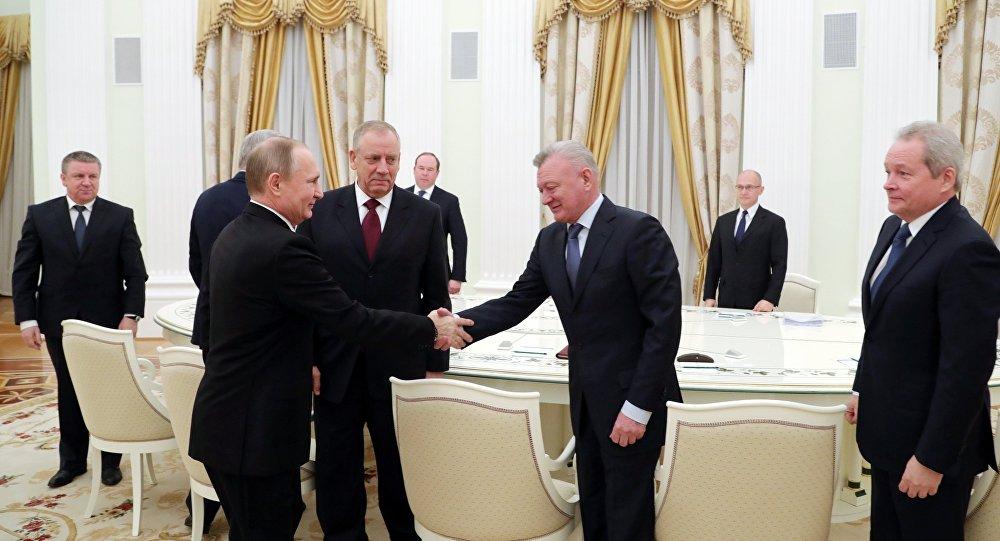 Presidente ruso Vladímir Putin con exdirigentes de cinco regiones rusas