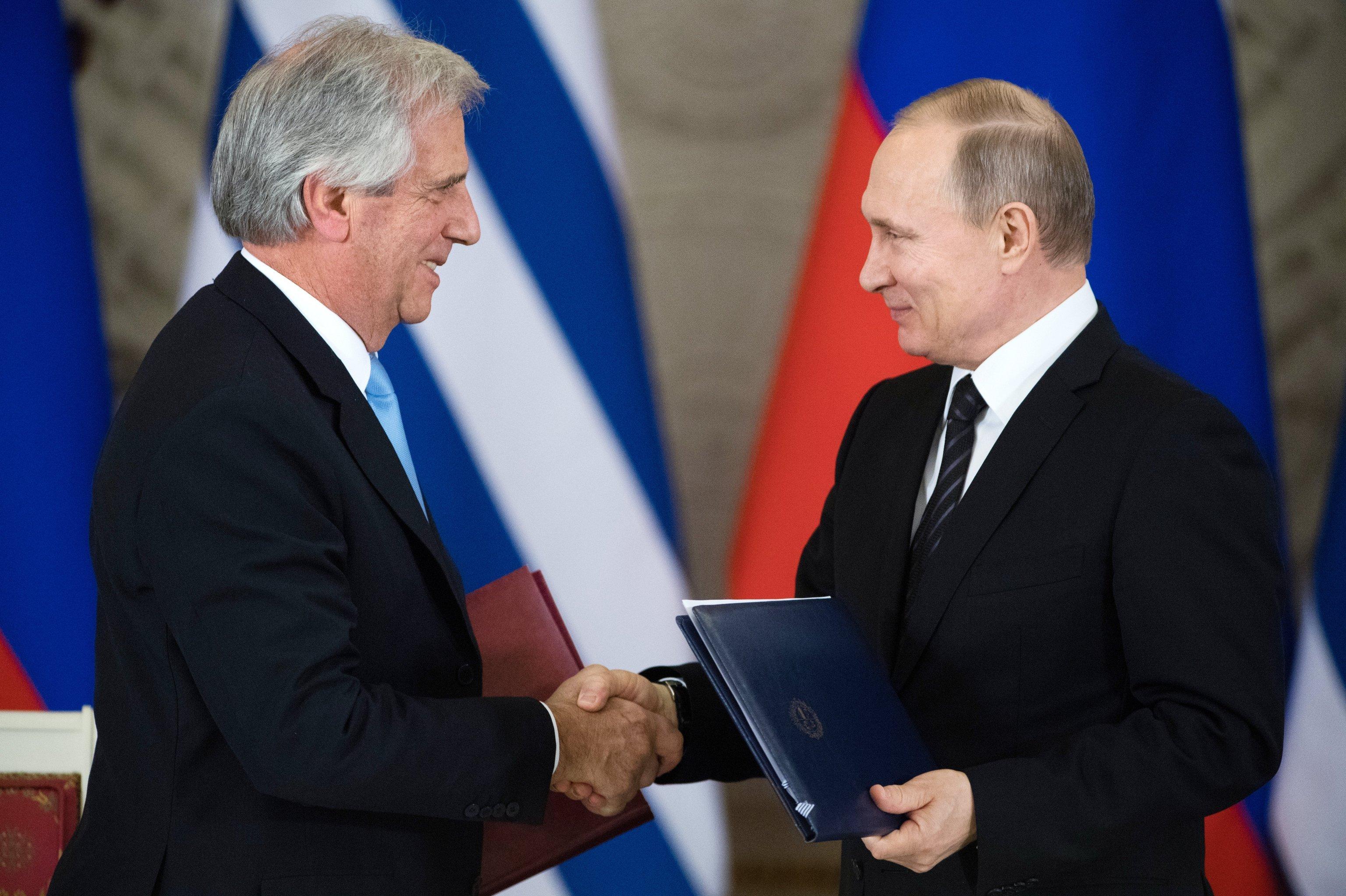 Tabaré Vázquez (a la izquierda) y Vladímir Putin (a la derecha) durante la ceremonia de firma del plan de acción para el desarrollo de las relaciones bilaterales entre la Federación de Rusia y la República Oriental del Uruguay. Moscú, 16 de enero de 2017.