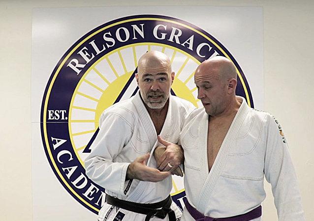 Maestro de jiu-jitsu enseña cómo defenderse del apretón de manos de Trump