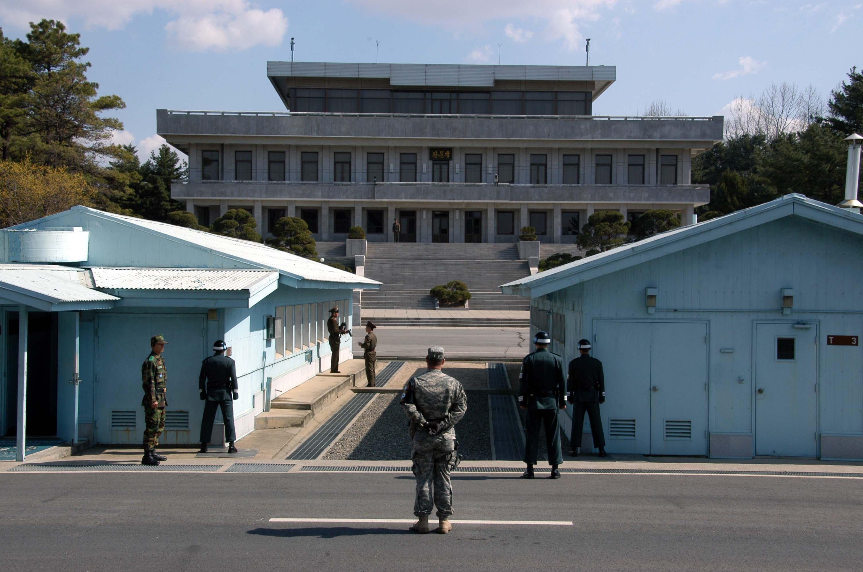 Soldados estadounidenses y surcoreanos en la zona, al sur de la frontera.