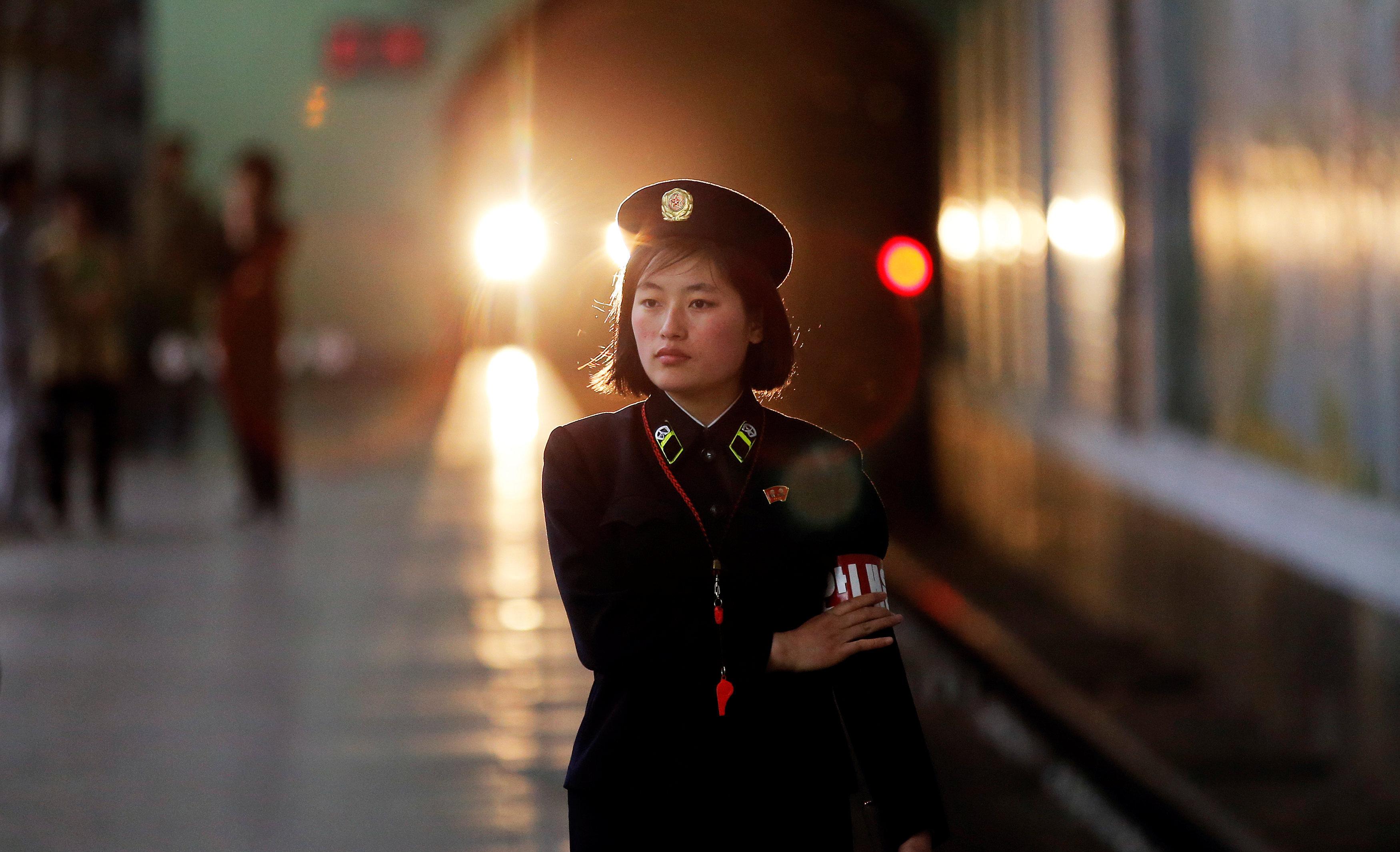 Trabajadora del Metro de Pyongyang.