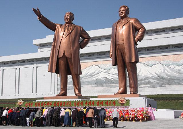 Estatuas de Kim Il-sung (izquierda) y su hijo Kim Jong-il (derecha) en Pyongyang