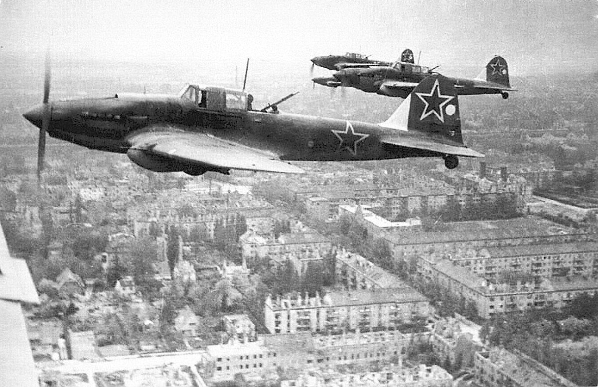 Un escuadrón de IL-2 sobrevuela Berlín, mayo de 1945