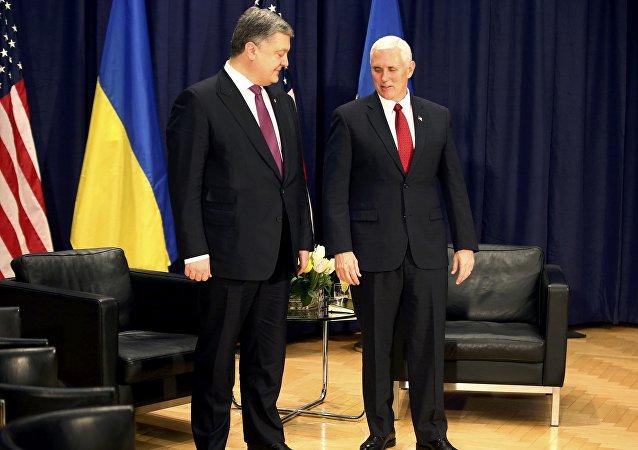 Petró Poroshenko, presidente de Ucrania, y Mike Pence, vicepresidente de EEUU