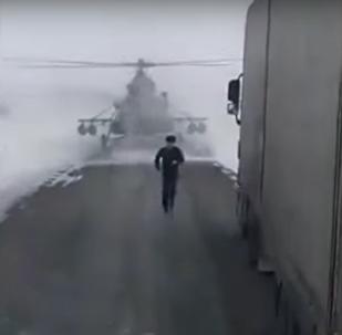 Helicóptero militar perdido aterriza para preguntar la dirección