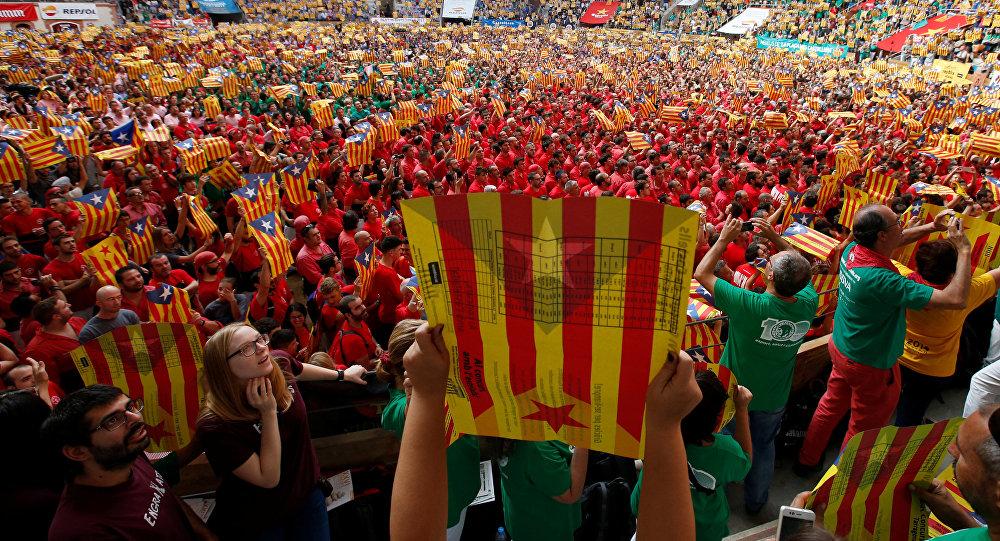 Gente llevando esteladas (banderas independentistas catalanes)