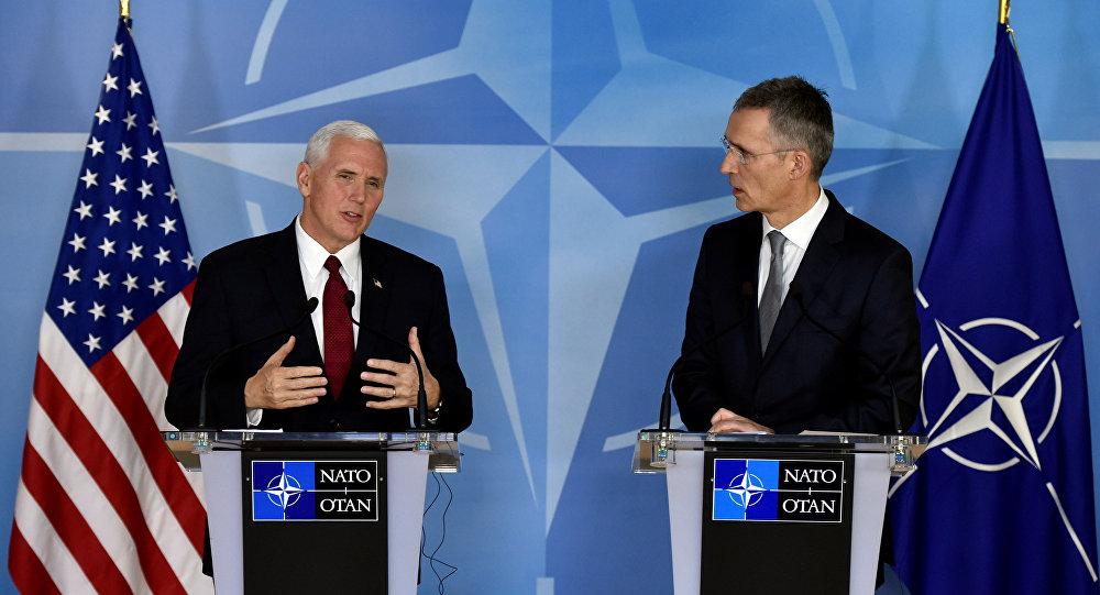 Mike Pence, vicepresidente de EEUU, y Jens Stoltenberg, el secretario general de la OTAN