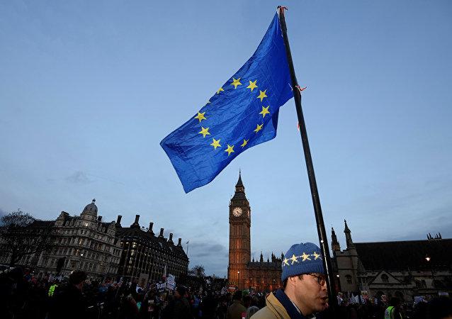 Una bandera de la Unión Europea se agita frente al Big Ben
