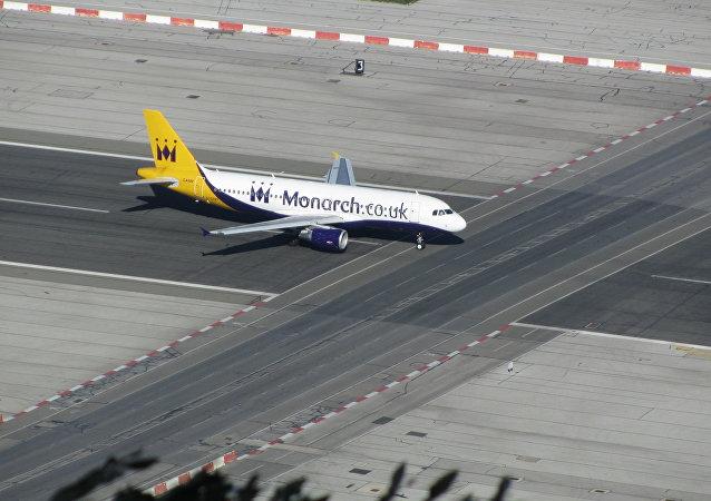 Un avión en la pista del aeropuerto de Gibraltar