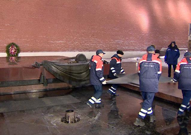 Rejuvenecen la llama eterna en la Tumba del Soldado Desconocido en Moscú