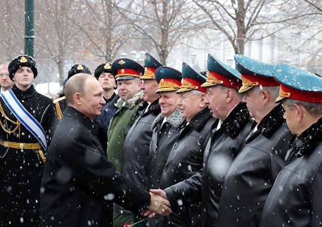 Vladímir Putin, presidente de Rusia, saluda a soldados durante celebraciones del Día del Defensor de la Patria de 2017