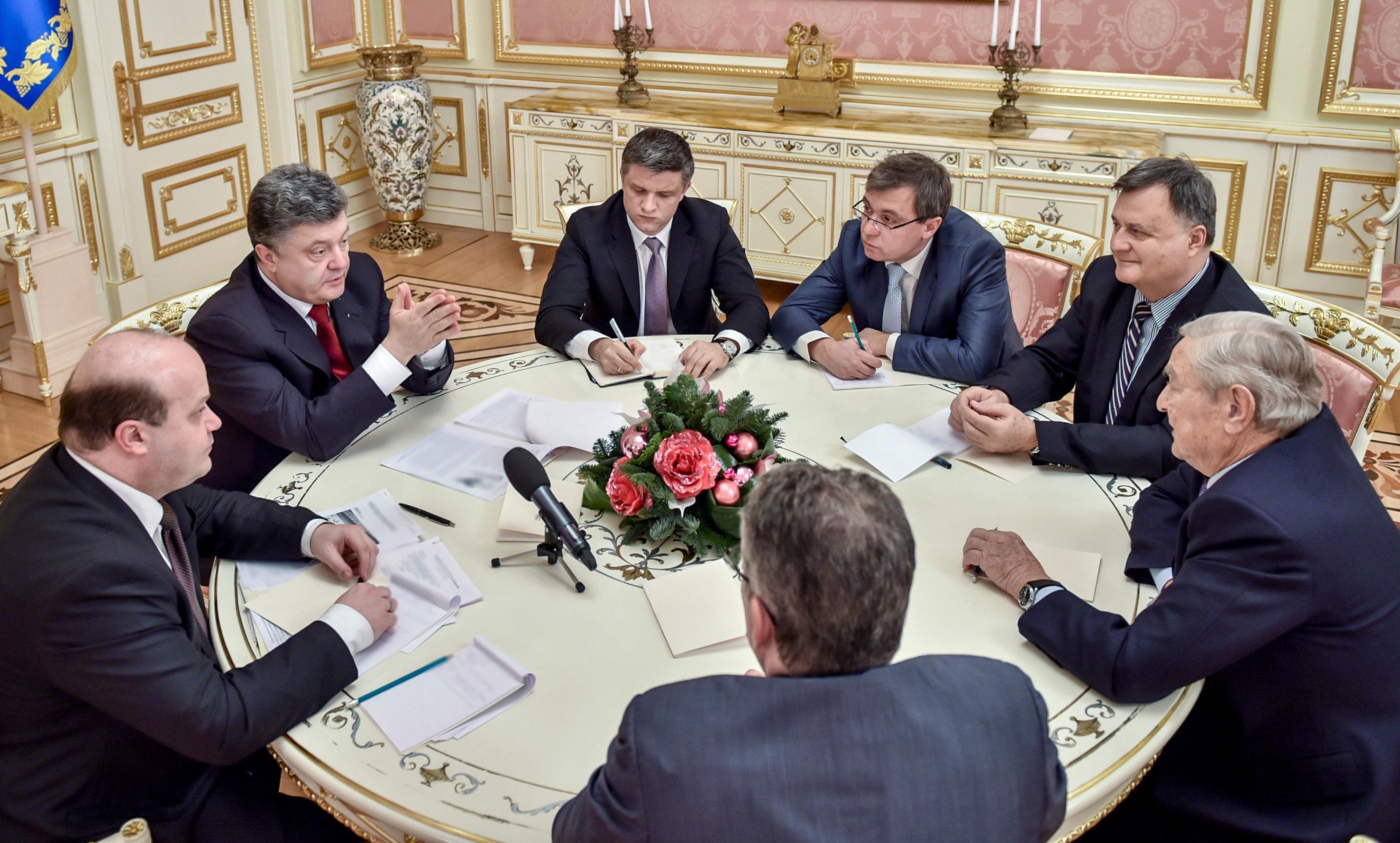 El actual presidente de Ucrania, Petro Poroshenko (segundo a la izquierda) y George Soros (a la derecha), fundador y presidente de Open Society Foundations, durante una reunión en Kiev, 13 de enero de 2015.