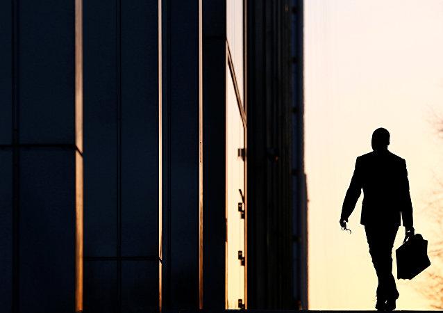 Un empleado llega a su oficina (Archivo)