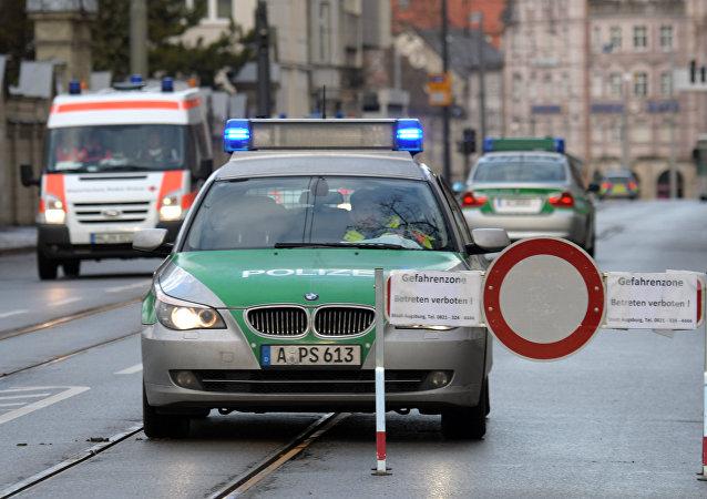 Coches de policía en una calle vacía en Augsburgo, sur de Alemania (imagen referencial)
