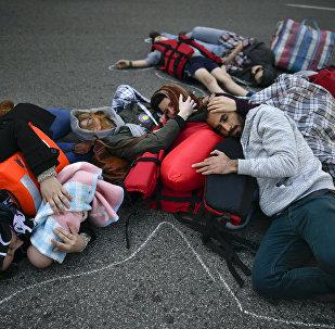 Activistas se manifiestan en apoyo a los refugiados en Pampalona, España