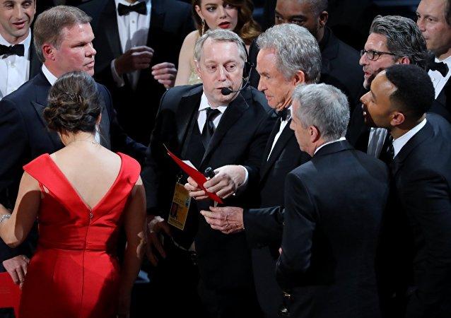 Warren Beatty anuncia la ganadora del premio Oscar a la mejor película
