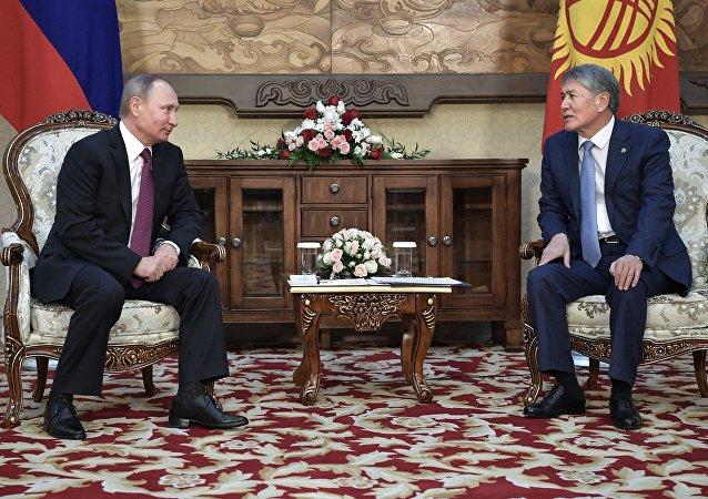 Vladímir Putin, presidente de Rusia y Almazbek Atambáev, presidente de Kirguistán