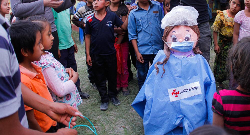 Los niños disfrutan durante la inauguración de la clínica