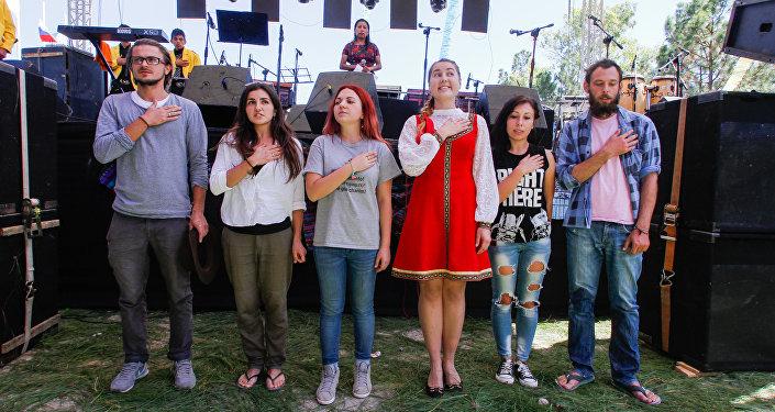 Los voluntarios rusos cantan el himno de su país