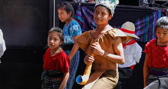 Los niños de la localidad celebran la apertura de la clínica