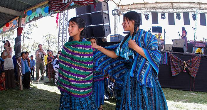 Bailes durante la inauguración de la clínica