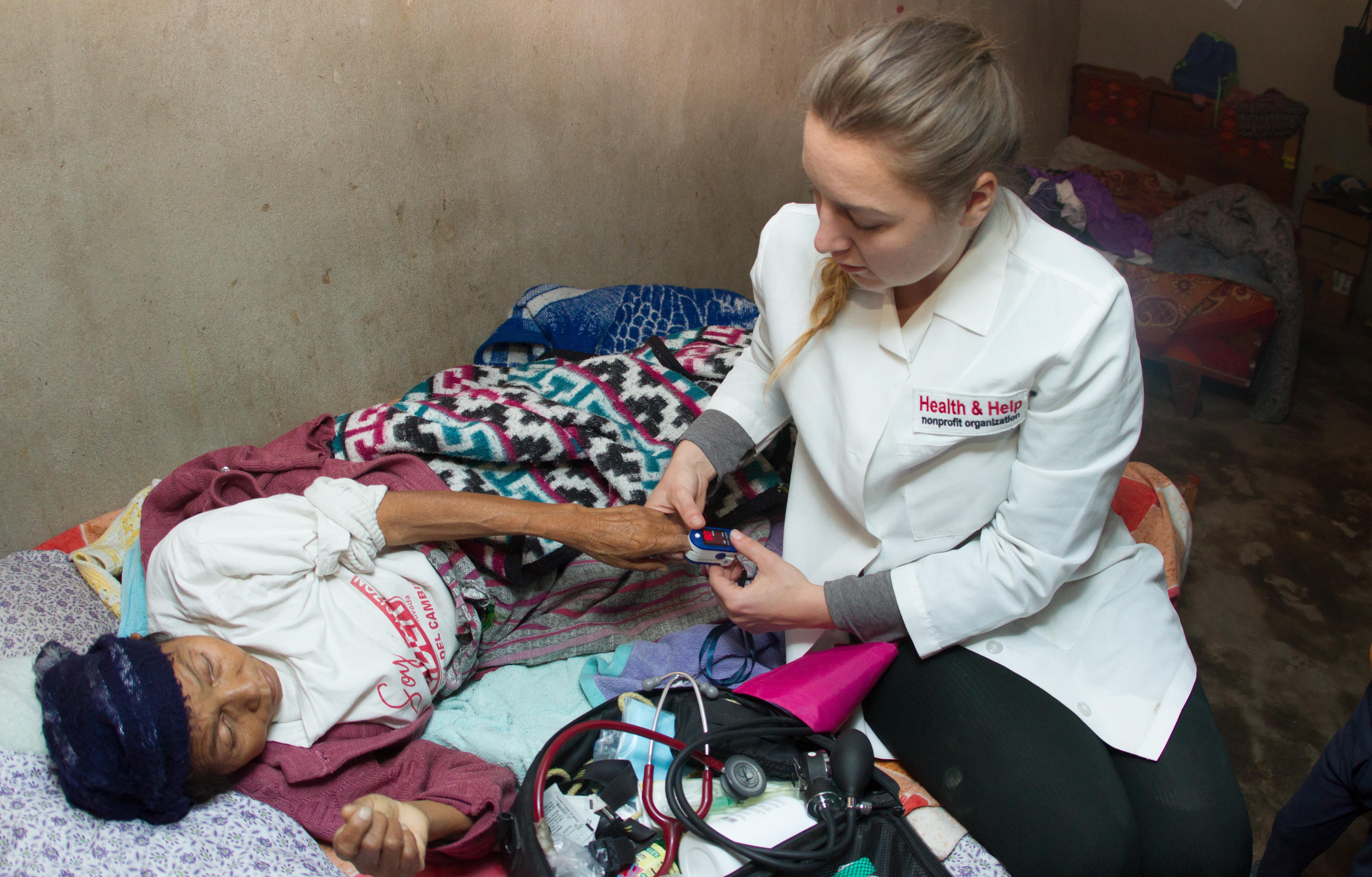 Victoria visitando a una de sus pacientes