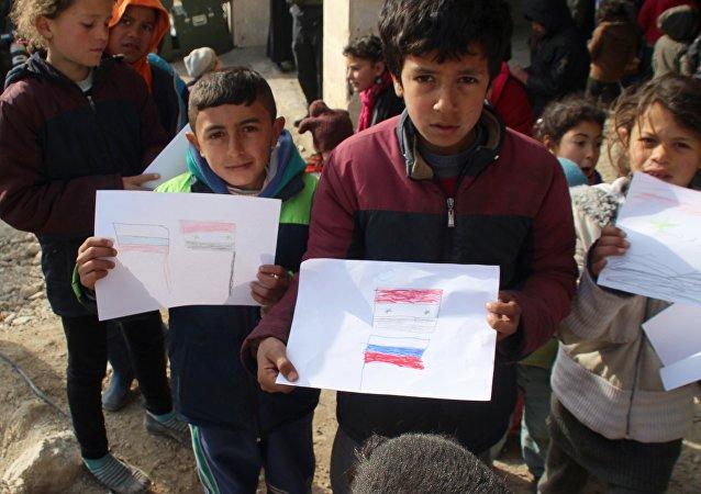 Ñiños sirios dibujan las banderas de Rusia y Siria (archivo)