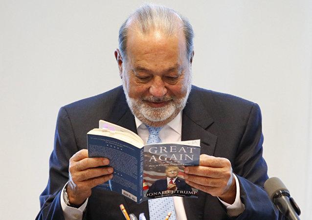 Carlos Slim, magnate mexicano, con el libro de Donald Trump