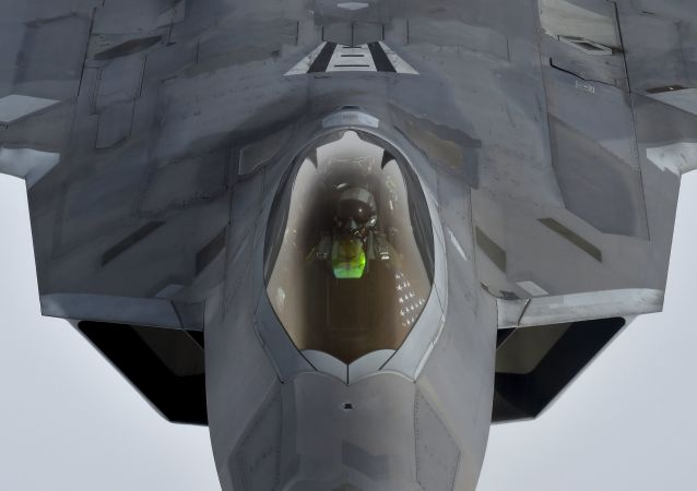 Un caza estadounidense F-22 E reabastece de combustible en pleno vuelo