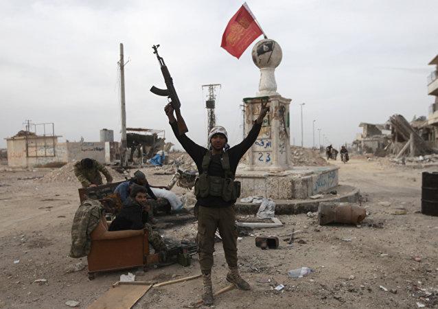 Un combatiente rebelde cerca de edificios dañados en la ciudad siria de al-Bab