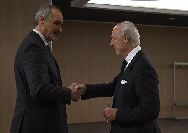 Bashar Jaafari, jefe de la delegación gubernamental siria y Staffan de Mistura, enviado especial de la ONU para Siria