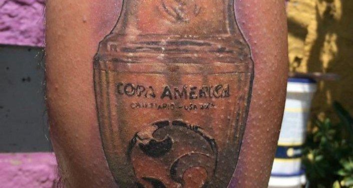 Tatuaje de la Copa América Centenario en la pierna de El Chapulín