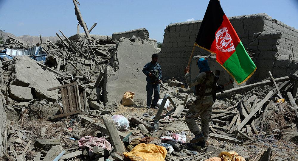 Soldados afganos con la bandera nacional del país (archivo)